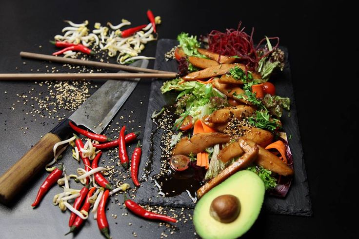 Prídďte si pochutnať na výbornom jedle, ktoré nenájdete len tak niekde.#edokin #edokinsushi #sushi #sushifood #sushilovers #food #foodlovers #avocado #chilli #meat #japanese #japanesekitchen