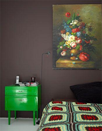 pop ~ green ~ floral oil paintings & dramatic dark walls ~ aphghan love ~ Groen nachtkastje