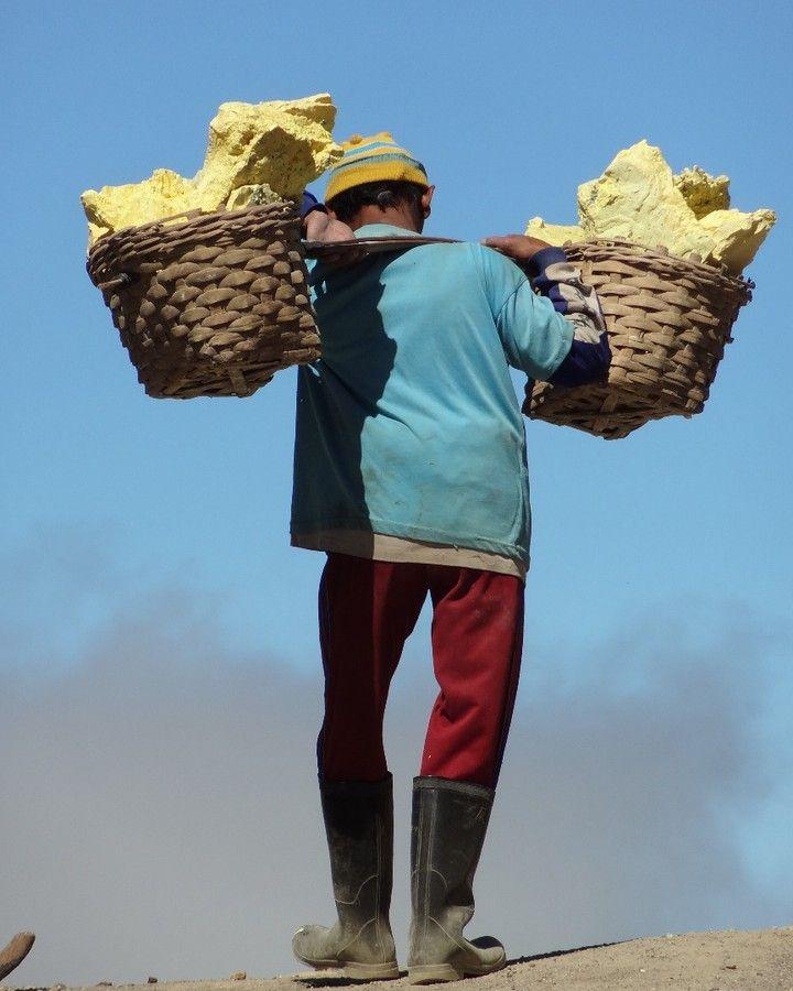Sulfur miner on the Kawah Ijen volcano (Java Indonesia) #indonesia #java #travel #travelblog #travelphotography #enjoytheworld #uneplanetebleue #landscapephotography #kawahijen #sulfurminer