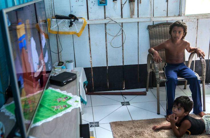 5 | ELIANE BRUM (03.04.2017) | O extermínio do modo de vida penetra nas frestas do cotidiano. O filho mais novo de Bel, Maykawa, tem três anos. Ele deveria estar aprendendo a pescar. Mas o rio, neste momento, é vetado para ele. E não há nenhuma segurança sobre o futuro do Xingu na Volta Grande. Deitado no chão da sala, o menino assiste à TV com Alice.
