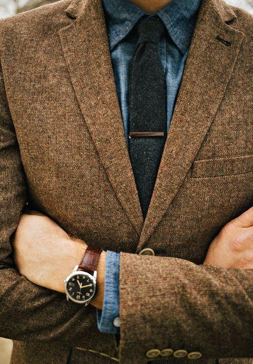 veste à pied de Poule camel, chemise et jean, cravate grise anthracite chinée