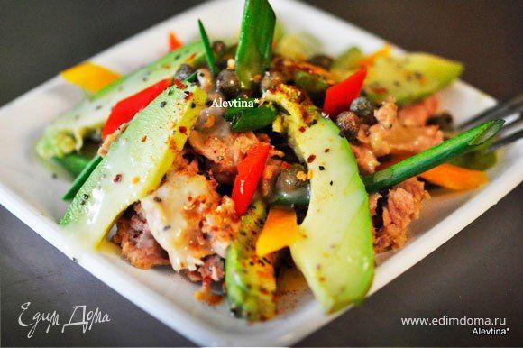 Авокадо с тунцом и каперсами  Сытный и очень аппетитный салат с авокадо, тунцом и каперсами. Благодаря ароматной заправке блюдо получается особенно вкусным. Попробуйте! #готовимдома #едимдома #кулинария #домашняяеда #салат #закуска #тунец #авокадо #каперсы #вкусно