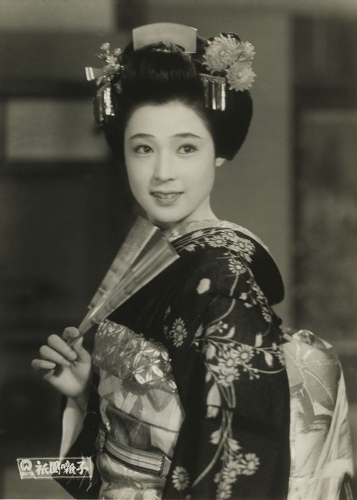 In a vintage mood.....here are a few photos from old Japanese movies ...