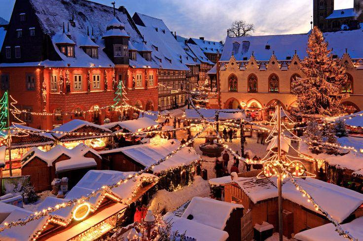 Weihnachtsmarkt- und wald in Goslar Der Weihnachtsmarkt im niedersächsischen Goslar gilt als einer der schönsten Deutschlands. Rund 80 Hütten schmücken die Altstadt. Highlight: der Weihnachtswald mit 50 Nadelbäumen