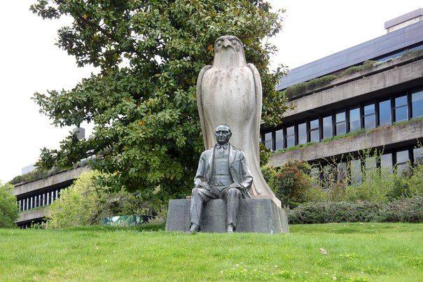 Скульптурная композиция перед музеем Галуста Гюльбенкяна, Лиссабон, Португалия; сидящий человек - Галуст Гюльбенкян.
