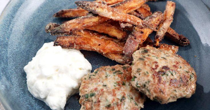 Saftiga biffar på kalkonfärs, matvete och persilja serveras med frasiga sötpotatispommes samt enkel fetaostsås. Lika gott till vardag som fest!