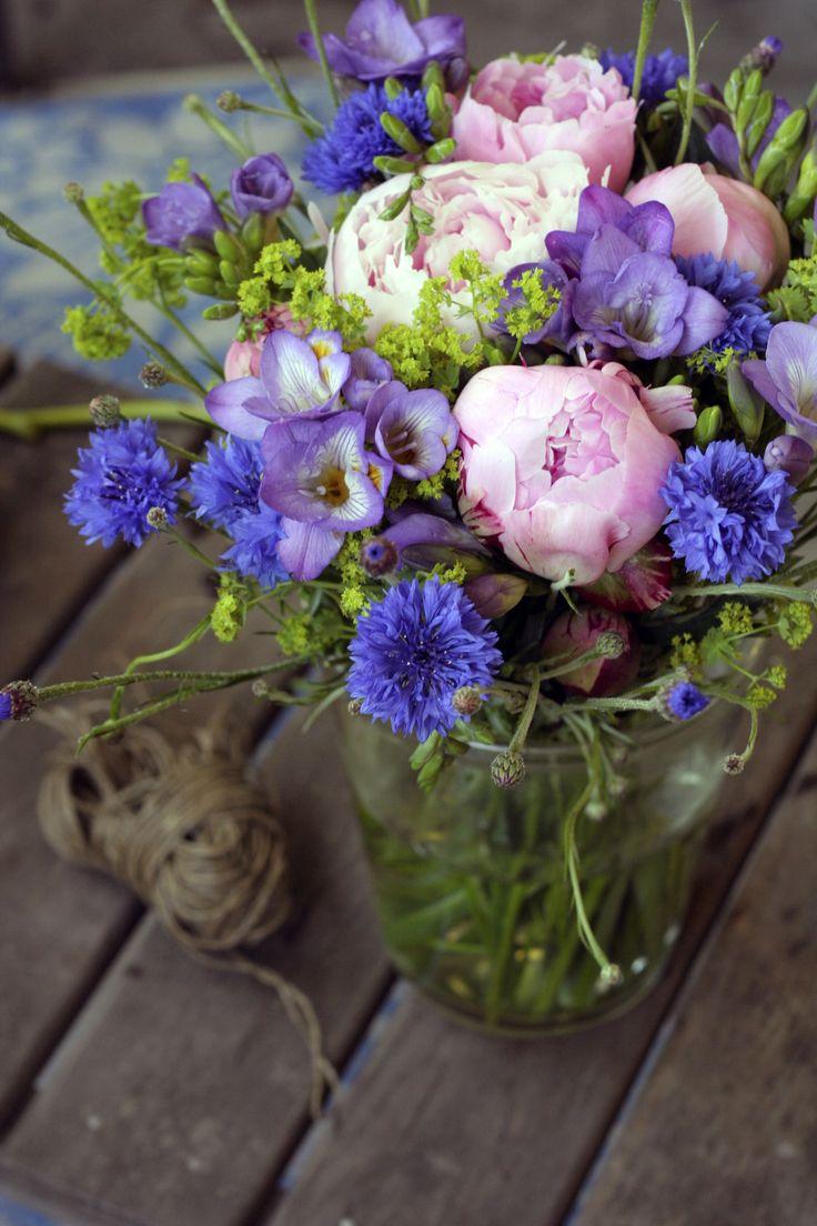 Doftande bukett av fresia, pion, daggkåpa och blåklint. Svensk sommar! #pion #blombukett #fresia
