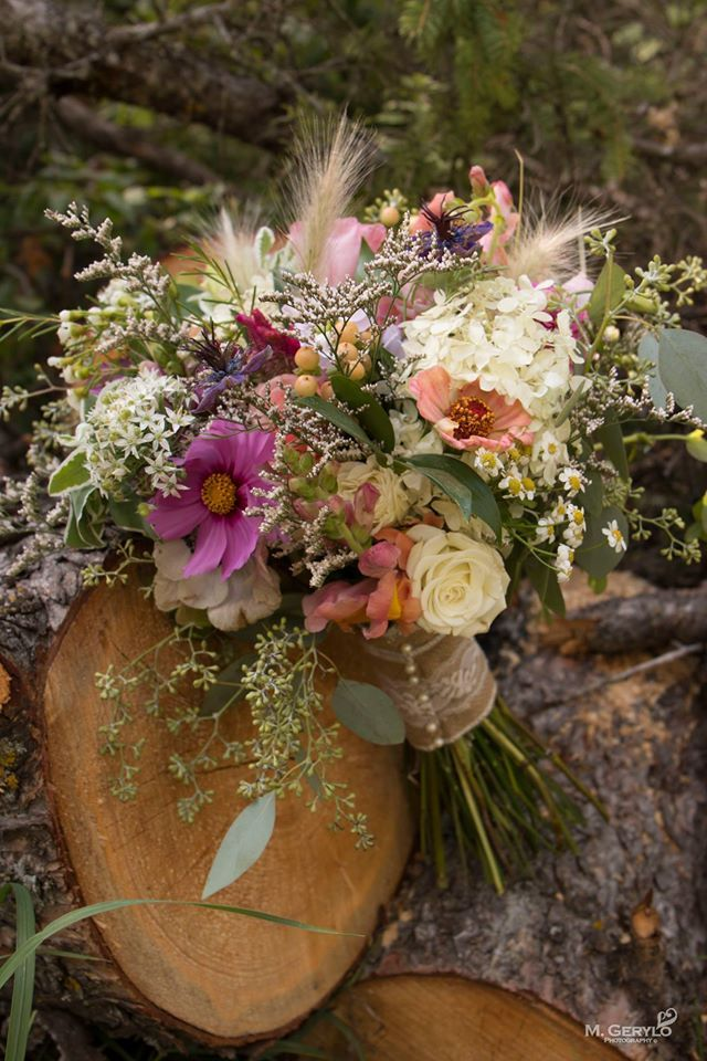 Sydney likes mix of these flowers but with more of a daisy focus. good on matricaria and asters Flowers: Agnes' Arrangements Meagan Gerylo Photography