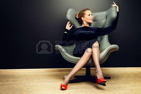 Portrait d'un mod�le � la mode superbe assis sur une chaise de style Art Nouveau. Affaires, femme d'affaires �l�gante. Int�rieur, meubles. photo