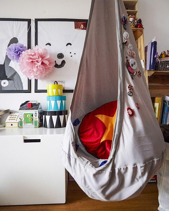 Ideen fürs Kinderzimmer: Ein Hängestuhl wie EKORRE Hängesessel in Silberfarben ist ideal, wenn Kinder einmal eine Ruhepause brauchen.
