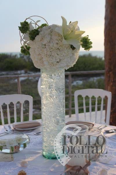Centro de mesa clásico para boda en la playa con arreglos de rosas blancas y un lirio / Classic beach wedding table center with arrangements of white roses and a lily #Wedding #Boda #Playa #Beach