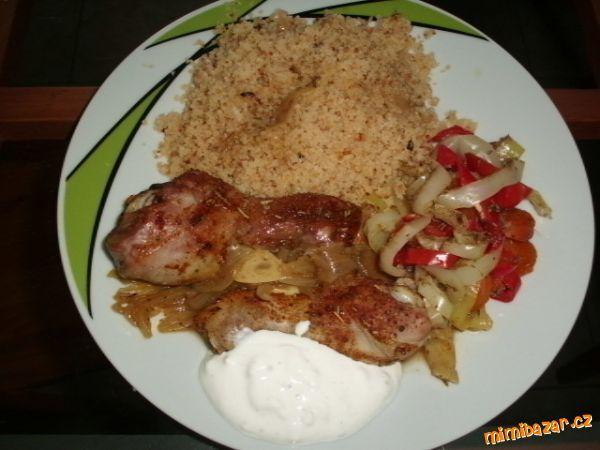 Kuskus s grilovanou zeleninou a kuřecími špalíčky