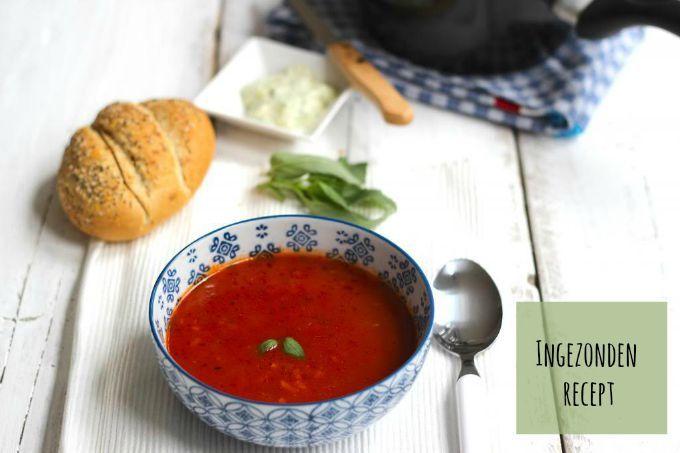 Wij zijn dol op soep. Ellen stuurde ons dit recept voor een romige Italiaanse tomatensoep met basilicum en pesto. Maak het af met een snee brood.
