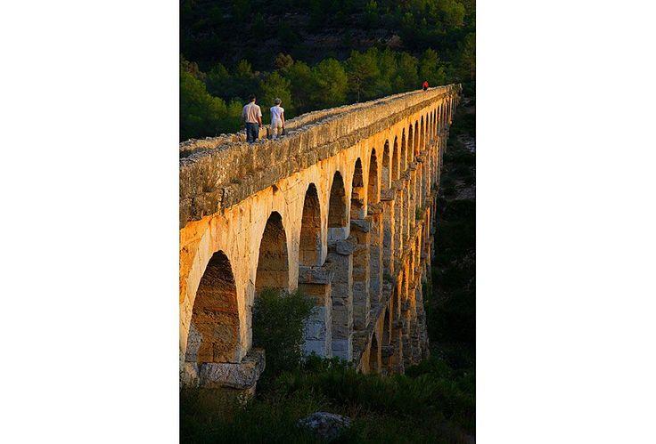 La antigua ciudad romana de Tarraco, en Tarragona, fue uno de los principales núcleos urbanos de Hispania durante el Imperio Romano.Era capital de la Hispania Citerior. Entre los restos que todavía se pueden observar quedan los cimientos de las grandes murallas del Cuartel de Pilatos y el acueducto romano de las Ferreres o Puente del Diablo, que puede verse en la imagen. Se trata de un puente de 217 metros de largo que alcanza los 27 metros de altura.