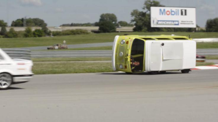 Dwaas Volkswagen T2-busje finisht race op z'n zij - https://www.topgear.nl/autonieuws/dwaas-volkswagen-t2-busje-finisht-race-op-zn-zij/