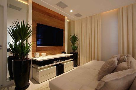 Yucca adriana bijarra cuoco apartamento na praia sala de tv home theater painel madeira tons claros sofa bege almofada marrom cortina bege painel madeira vaso vietnamita rack laca branca