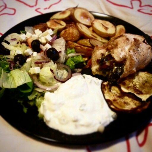 Griekse gevulde kip met gegrilde aardappeltjes en aubergine, herderssalade en tzaziki