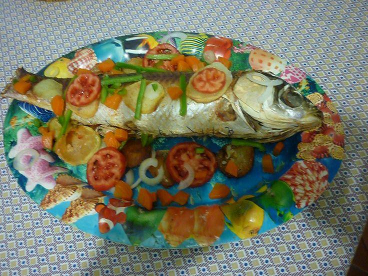 1 carpa capim de 1 kg  - 1/2 cenoura  - 1 tomate pequeno sem pele  - 1 cebola pequena  - 1 batatinha pequena  - 1 colher (sopa) de massa de tomate  - 1 colher (sopa) de guisado cozido (com sal)  -
