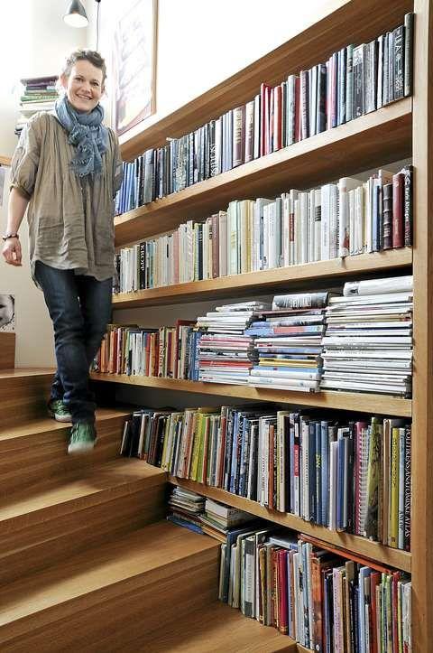 INNREDET MED BØKER. Metervis av bokhyller er bygget helt inntil trinnene. Ingrid Habberstad har selv designet trappen.