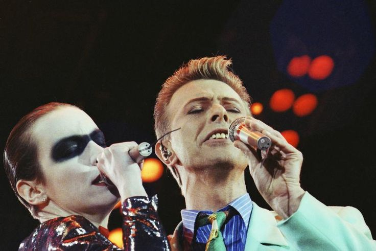 Annie Lennox and David Bowie performing in tribute to Freddie Mercury