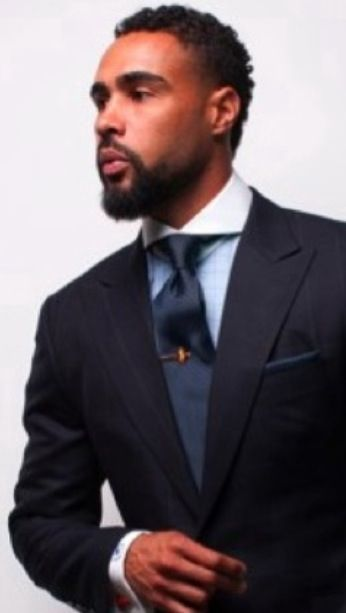 Awesome cutaway collar - see that there is no clearance between the lapel and the collar corner. Perfect fit!