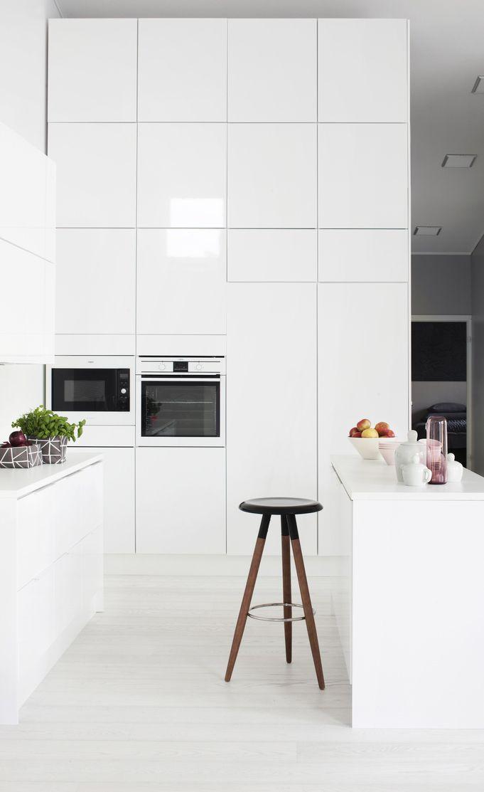 04. compact-kitchen Även om golvytan är begränsad finns det ofta mycket utrymme på höjden. Genom att välja vitt kan rummet dessutom upplevas större.