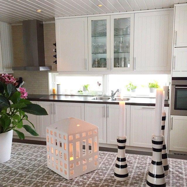 Vasker husdeilig å ha det rent rundt seg her er litt av kjøkkenet mitt #kjøkken #kitchen #toispannkjøkken #toispann #kahler #lysestake #lyshus #interior #interiør #inspirasjon #hvitt #dekorasjon #hjem #hjemmet #vakrehjem #minstil #vaskedag - senere besøk av min flotte søster og mine nieser