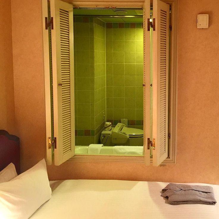 Номер окнами в душ - встречалось и такое :) #отель #гостиница #Япония #окно #душ #ванна #туалет #всякоебывает #интерьер #номер #быт #туризм #путешествия