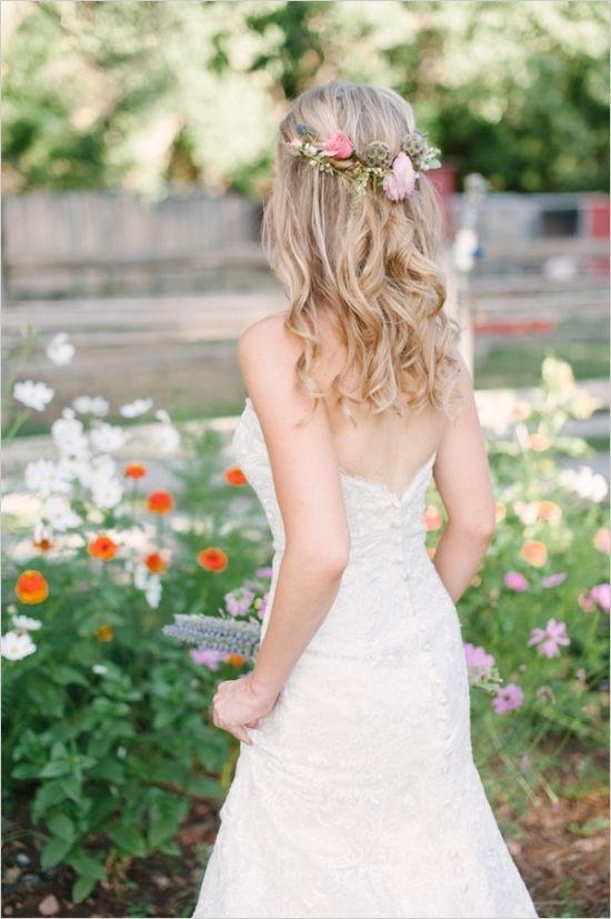 pretty wedding hair #loosecurls #weddingchicks http://www.weddingchicks.com/2013/12/19/funky-farm-wedding/