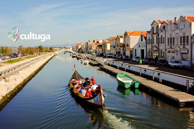 Barcos moliceiros atravessam a Ria de Aveiro. Ideal para um roteiro romântico. Portugal | Roteiro de viagem