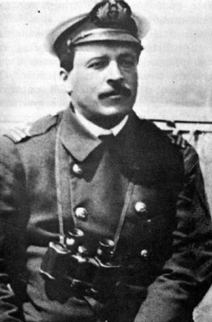 """Piloto 2º Luis Pardo Villalón, al mando de la escampavía """"Yelcho, logró rescatar a Shackleton y sus hombres tras meses de naufragio en la isla Elefante"""