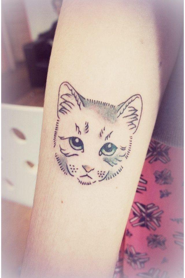 elle se fait faire un tatouage des moustaches de chat tatouage. Black Bedroom Furniture Sets. Home Design Ideas