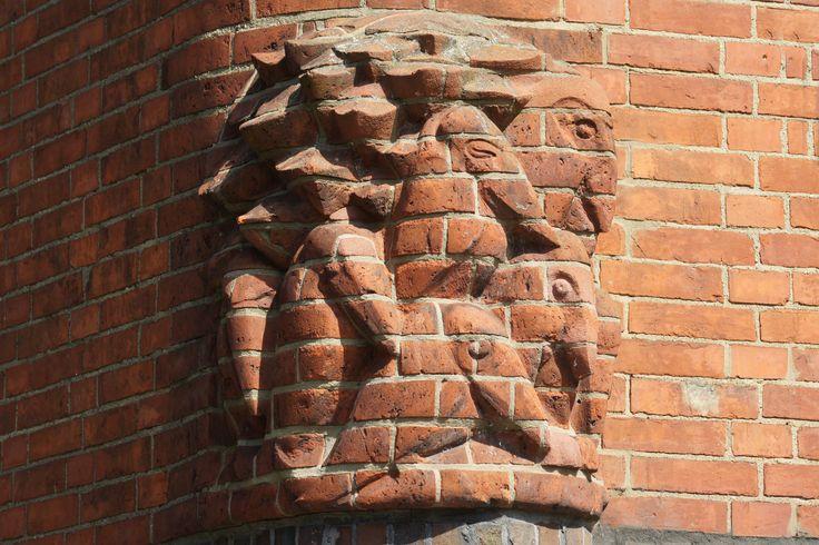 bakstenen beelden op de hoek van het gebouw omdat hardsteen te duur was.