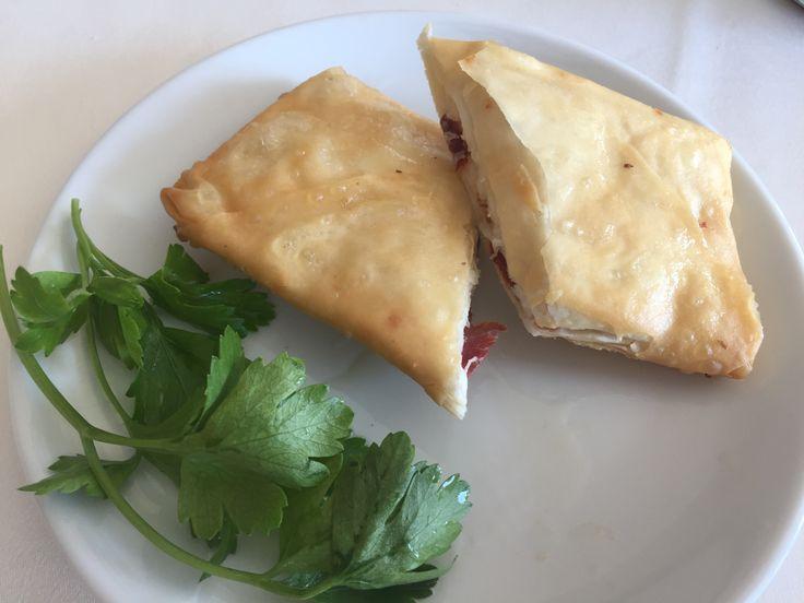 Yapılışı çok kolay fırında paçanga böreği tarifi nasıl hazırlanır?Kolay paçanga böreği tarifi nedir?Pastırmalı fırın böreği tarifi,yufka ile yapılan börek
