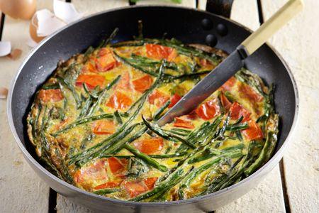 Ομελέτα με αμπελοφάσουλα, ντομάτα και βασιλικό - Συνταγές | γαστρονόμος