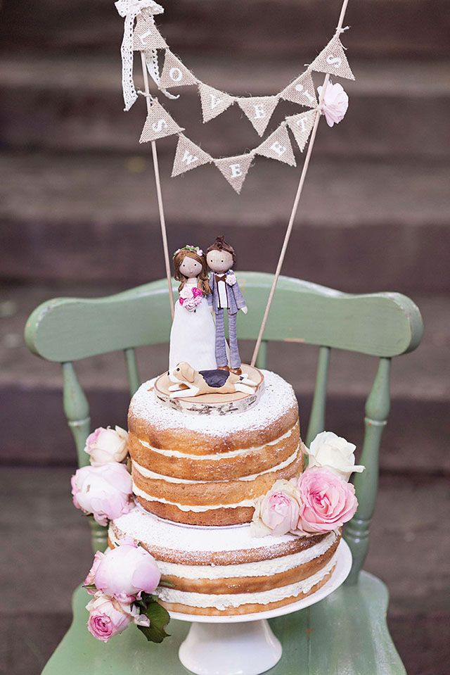 Hochzeitstorte mit Mini Wimpelkette Jute und Catmade Holzfiguren als Cake Topper - Bunte Vintage Hochzeit von Sarah Bel Photography | Hochzeitsblog - The Little Wedding Corner
