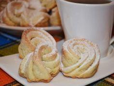 Творожные розочки. - пошаговый рецепт с фото - Смешать творог с сахаром, добавить желток, размягченное слив. масло, перемешать.