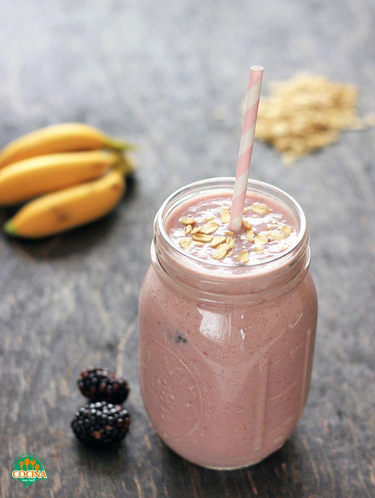 Smoothie de zarzamora y plátano. Receta para el desayuno | cocinamuyfacil.com