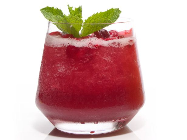 Forget the canned sauce! These Whiskey Cranberry Slushes from #FNMag are perfect for your Thanksgiving table.