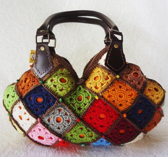 Bolsa de mão em crochê confeccionada artesanalmente em linha Camila Fashion, 100% algodão mercerizado. Forrada em tecido 100% de algodão. Bordada com miçangas coloridas de madeira Alça de Korino.   PEÇA PUBLICADA NA REVISTA ARTE & CIA - BOLSAS DE CROCHÊ - EDIÇÃO 5 DA EDITORA CASE. EXCLUSIVA DA SÓCROCHÊ. Designer Gladys Carneiro  Tratando-se de uma peça artesanal feita sob encomenda, a confecção será agendada de acordo com a nossa programação de produção, após a confirmação do pagamento…
