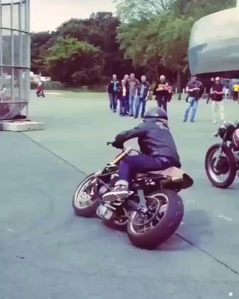 Stunt skills on the vintage Café Racer! Watch until the end.