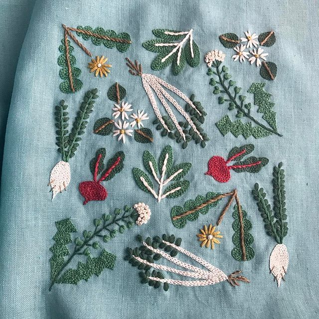 春の七草、予定の2週間遅れで完成です🌿  今年は無病息災を願いちゃんと七草粥を食べたのだけど、この1週間頭痛が酷くて本調子ではありません。 今夜は刺繍もほどほどにして早めに布団に入ります😪 . #刺繍 #embroidery #stitch #樋口愉美子 #yumikohiguchi #春の七草 #七草 #fabricbird #カラーリネン #樋口愉美子の季節のステッチ