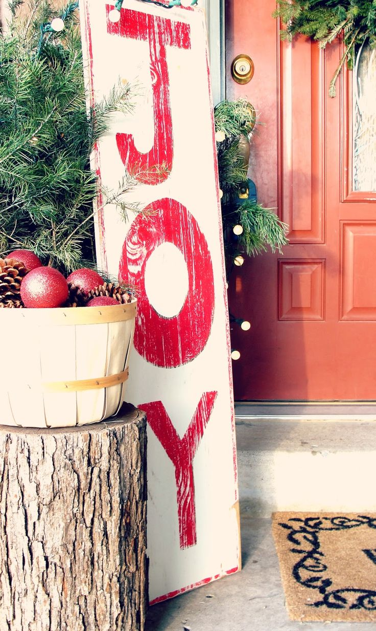 Diy christmas lawn decorations wood - I Love The Decor The Wood Stump The Basket With Ornaments And Pinecones