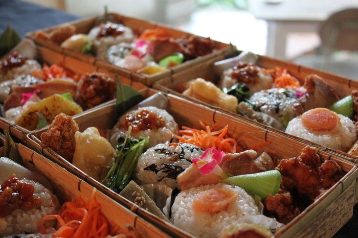 キラキラカフェ とねりこ》 福岡市中央区赤坂3丁目6-37 添加物や着色料、防腐剤を一切使わない自然派のお弁当です。福岡市内近郊にお弁当ケータリングも5名様から預かっています。
