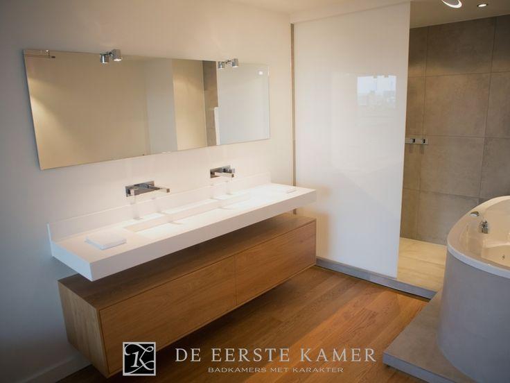 (De Eerste Kamer) Een stijlvol badkamermeubel van massief eiken. Op maat gemaakt met een maatwerk wastafel van Solid Surface. Meer badkamermeubels vindt u op www.eerstekamerbadkamers.nl