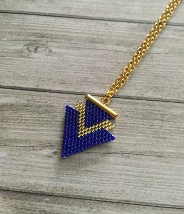 Joli collier pendentif géométrique tissé en perles miyuki delicas une à une graçe à la technique brick stitch. * composées de : - perles mi - 20027021