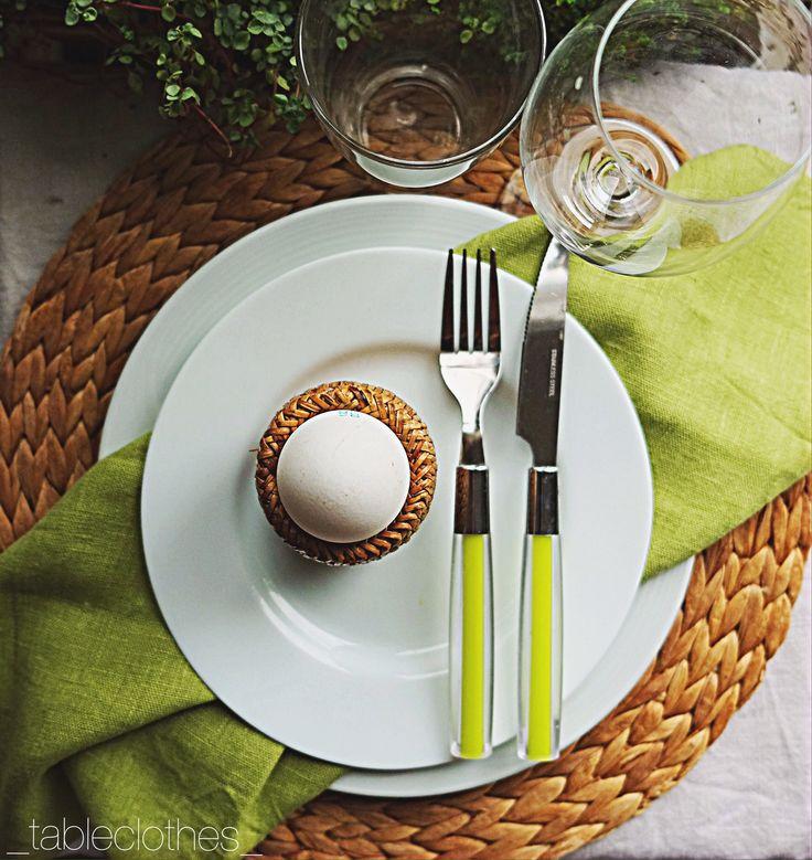 При сервировке стола здорово смотрится прием дублирования. Например, на этом фото подтарельник и подставка для яйца выполнены из одного материала – ротанга, так же цвет салфетки повторяет цвет ручек столовых приборов.