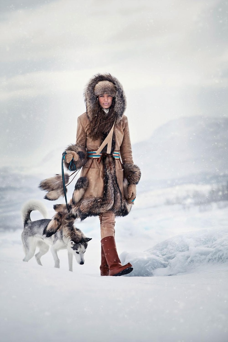 Duohtavuohta: Look 2  Jacket: Aksovaara, Reindeer Suede, safari beige  Pants: Unna Allagas, Reindeer Suede, safari beige  Mittens: Vassijaure, Reindeer Nappa, safari beige