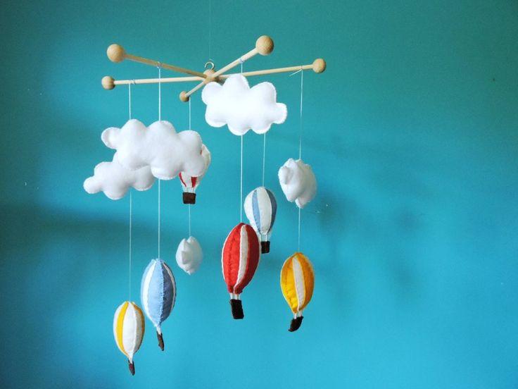 Balónková dekorace do pokojíčku. Byla to láska na první pohled. Jedna z těch věcí, které letmo zahlédnete na Pinteresu a víte, že je musíte vyrobit. A také jedna z těch mála věcí, které skutečně vyrobíte. Jen vás varuji - z této dekorace nejdou...