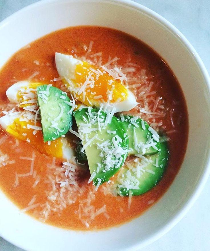 Smakfull høstkos: Tomatsuppe toppet med kokt egg, avokado og parmesan 🍅🥑🥚🧀  sunn.studentmat • fullkornspasta • Surr en halv løk og noen hvitløksfedd i en gryte • ha i en boks hakka tomater, litt vann, buljongterning, 2 ss crème fraîche og litt melk • la småkoke mens du smaker til med salt, pepper, rosmarin, litt sukrin • kjør suppen med stavmikser og ha i pasta • topp med kokt egg, avokado og parmesan.